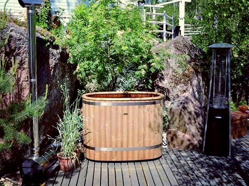 instalacja drewnianej wanny w ogrodzie